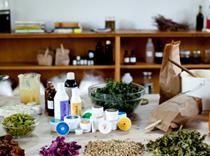 Arbeidsbordet er fullt av Norvis produkter og ingredienser.