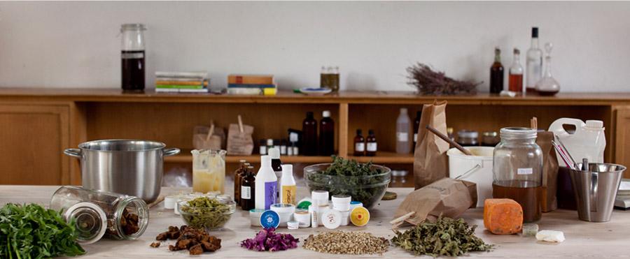 Arbeidsbord full av ingredienser og Norvis-produkter